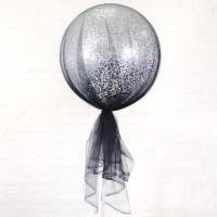Большой шар с серебряными квадратными конфетти в чёрном фатине