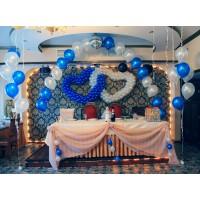 Бело-голубое оформление свадебного зала с двойным сердцем из шаров