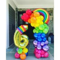 Композиция из разнокалиберной разноцветной гирлянды с радугой и цифры на подставке