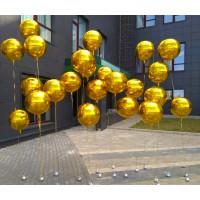 Фотозона из золотых фольгированных сфер