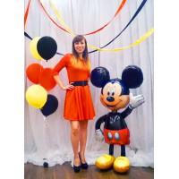 """Ходячая фигура """"Микки Маус"""" и фонтан из желтых, оранжевых и чёрных шаров"""