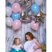 Гелиевая фотозона с серебряной цифрой и розово голубыми фонтанами