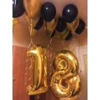 Золотые фольгированные цифры и чёрно-золотые шары под потолок