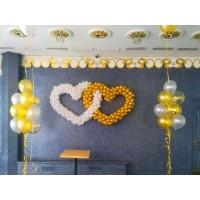 Бело-золотое двойное сердце из шаров и фонтаны