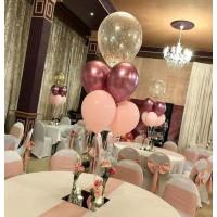 Настольная композиция из розовых шаров с гелием