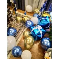 Оформление синими и золотыми шарами хром с шарами-подарками