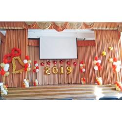 Красно-золотое оформление выпускного с фонтанами из шаров на сцену