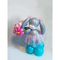 Воздушная фигурка из шаров зайка с цветами
