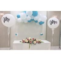 Гелиевая фотозона на свадьбу с большими белыми шарами Mr и Mrs и разнокалиберной бело-голубой гирляндой