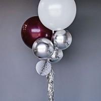 Фонтан из белого большого шара, бордовых и серебристых сфер на гирлянде из дождика