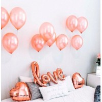 """Фотозона с фольгированными сердцами и надписью """"love"""" в цвете розовое золото"""