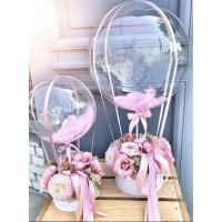 Букет из живых цветов с баблс с розовыми перьями