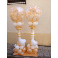 Стойки с шаром-сюрпризом на свадьбу в бело-золотых тонах