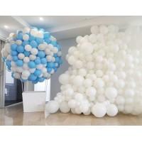 Фотозона панно из белых шаров и большой шар из бело-голубых шаров с белой корзиной