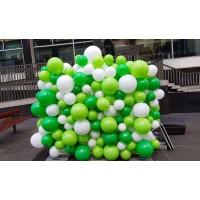 Фотозона бело-зеленое панно из шаров