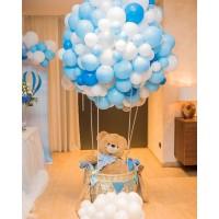 Большой шар из шаров в голубых тонах с плетеной корзиной