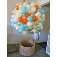 Большой шар из шаров в приглушенных тонах с плетеной корзиной