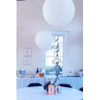 Оформление стола большими шарами с лианой