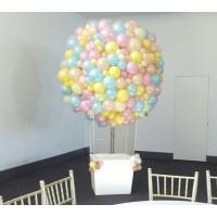 Большой шар из шаров пастельных тонов с белой корзиной