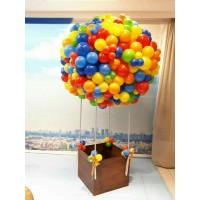 Большой шар из радужных шаров с коричневой корзиной