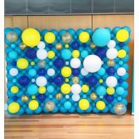 Фотозона панно из шаров на голубом фоне