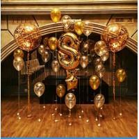Гелиевая фотозона с цифрой, звездами и большими шарами с конфетти в золотых тонах