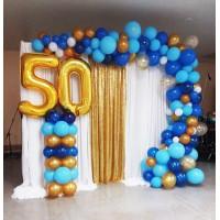 Фотозона из цифр на основании и разнокалиберной гирлянды в сине-золотых тонах