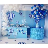 Фотозона большой шар из бело-серых и сине-голубых шаров с белой разнокалиберной гирляндой