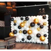 Большая фотозона панно из белых и черных шаров и золотых сфер