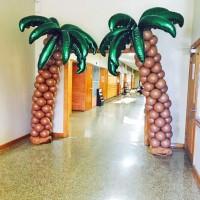 Две пальмы из шаров с фигурными фольгированными листьями
