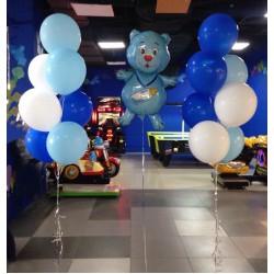Сет из голубого фигурного фольгированного мишки с фонтанами из шаров в сине-белых тонах