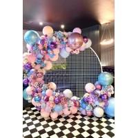 Круглая фотозона из разнокалиберной гирлянды с цветами в пастельных тонах на сетчатом каркасе