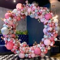 Круглая фотозона из разнокалиберной гирлянды с цветами в пастельных тонах
