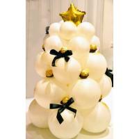Композиция белая новогодняя ель со звездой и конфетами на основании