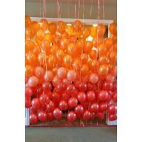 Фотозона с шарами в красно-оранжевых тонах