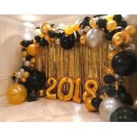 Большая фотозона с золотыми цифрами и разнокалиберной серебристо-черно-золотой гирляндой с большими шарами, завитушками и дождиком