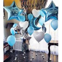 Фотозона с полумесяцем, звездами, латексными сердцами и стандартными шарами в бело-голубых тонах
