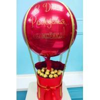 """Букет с конфетами и розами с большим красным шаром с надписью """"С днем рождения, сестренка!"""""""