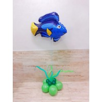 Синий фигурный фольгированный шар Рыба на основании из зеленых шаров