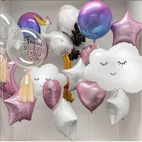 Сет из баблс с метрикой, фигурными фольгированными шарами Аист и облачками, фольгированными полумесяцем, сферами, сердцами и звездами в розово-белых тонах на выписку девочки из роддома