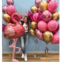"""Гелиевый сет из """"ходячего"""" фольгированного шара Фламинго и связок с фольгированными звездами и сердцами в розово-золотых тонах девушке"""