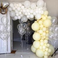 Гелиевая фотозона свадебной тематики с гирляндой в белых и айвори тонах, фигурным фольгированным шаром в виде обручального кольца и фонтанов из шаров с мелким конфетти